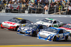 Greg Biffle, Roush Fenway Racing Ford, Jimmie Johnson, Hendrick Motorsports Chevrolet, Carl Edwards, Roush Fenway Racing Ford go three-wide