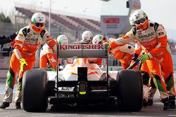 Adrian Sutil, Sahara Force India VJM06, é forçado a entrar nos pits