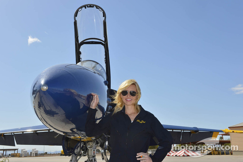 Courtney Force in de Blue Angels jet