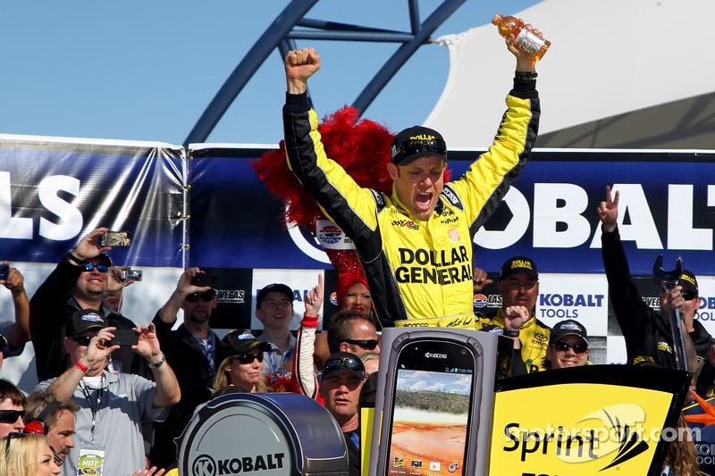 Victory lane: racewinnaar Matt Kenseth, Joe Gibbs Racing Toyota viert het resultaat