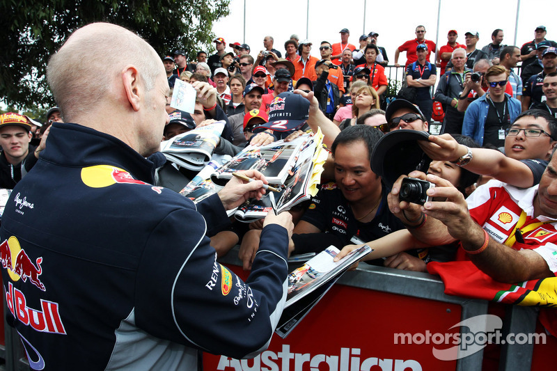 Adrian Newey, Red Bull Racing Chief Technical Officer zet handtekeningen