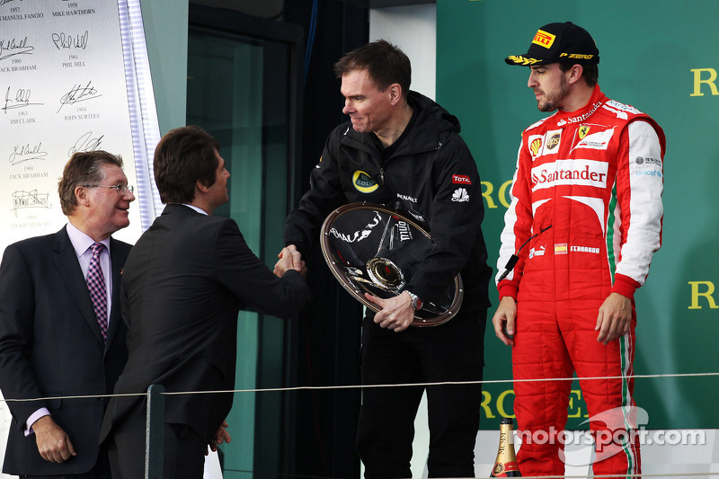 Alan Permane, Renault Race Engineer krijgt zijn beker op het podium van Arnaud Boetsch, Rolex Commun