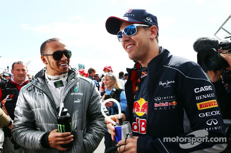 (L naar R): Lewis Hamilton, Mercedes AMG F1 en Sebastian Vettel, Red Bull Racing bij de rijdersparade