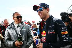 (Da esquerda para direita): Lewis Hamilton, Mercedes AMG F1, e Sebastian Vettel, Red Bull Racing, no desfile dos pilotos