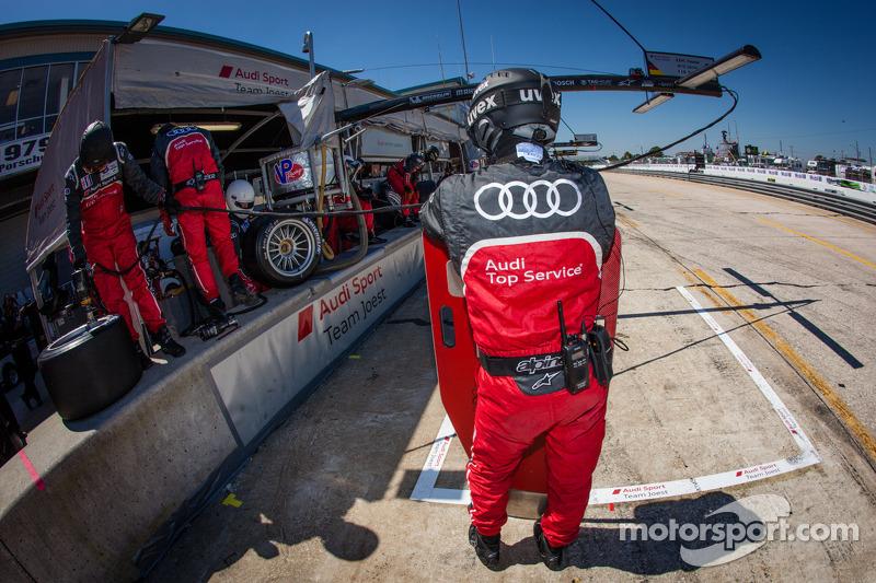 Audi Sport Team Joest teamleden klaar voor een pitstop
