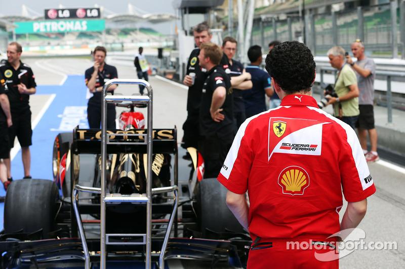 Andrea Stella, Ferrari Race Engineer bekijkt de Lotus F1 E21