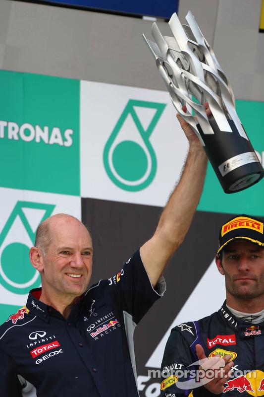 pódio: Adrian Newey, Red Bull Racing Chief Technical Officer e segundo colocado Mark Webber, Red Bull Racing