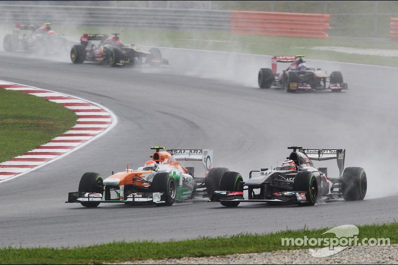 Adrian Sutil, Sahara Force India VJM06 en Nico Hulkenberg, Sauber C32 vechten om een plek