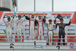 GT300 pódio: vencedores da corrida Katsuyuki Hiranaka, Bjorn Wirdheim, segunda posição Tatsuya Kataoka, Nobuteru Taniguchi, terceira posição Hiroki Yoshimoto, Hideki Yamauchi