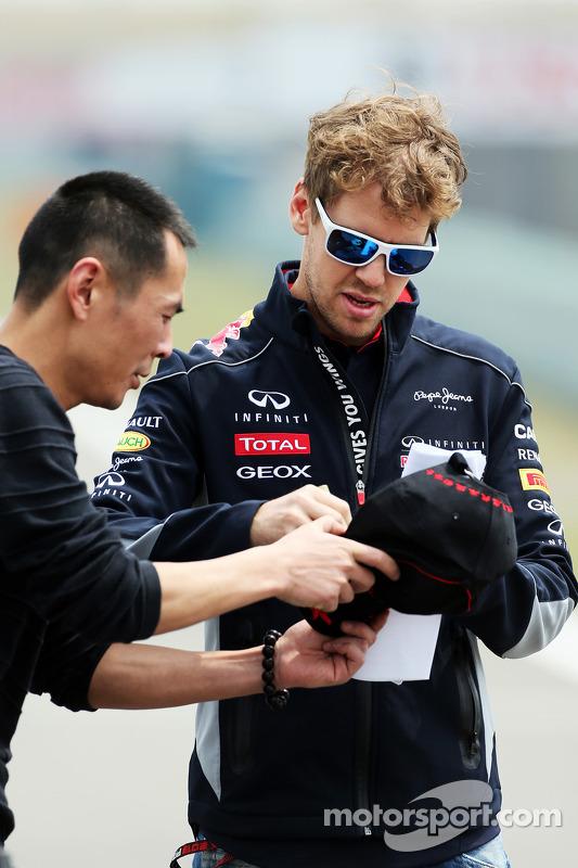 Sebastian Vettel, Red Bull Racing assina autógrafos para os fãs