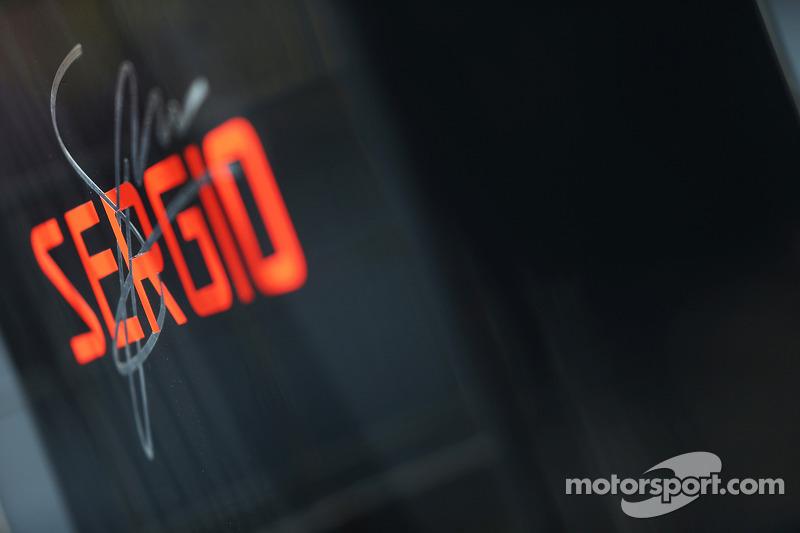 Logo y firma de Sergio Pérez, McLaren