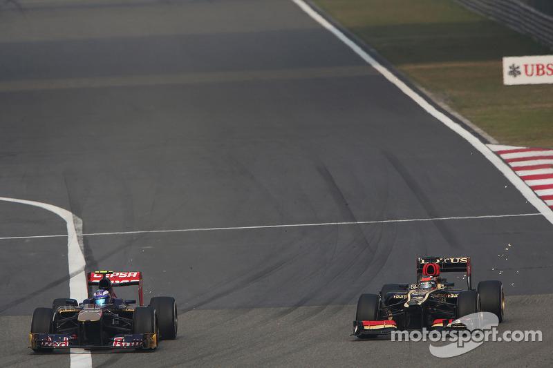 Daniel Ricciardo, Scuderia Toro Rosso STR8 en Kimi Raikkonen, Lotus F1 E21 vechten om een plek