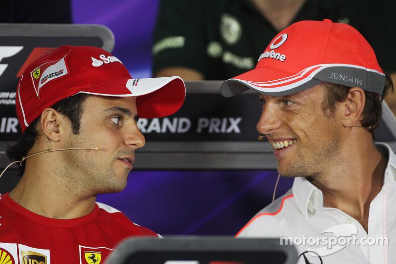 (L naar R): Felipe Massa, Ferrari en Jenson Button, McLaren bij de FIA-persconferentie