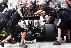 Kimi Raikkonen, Lotus F1 E21, team practice a pit stop