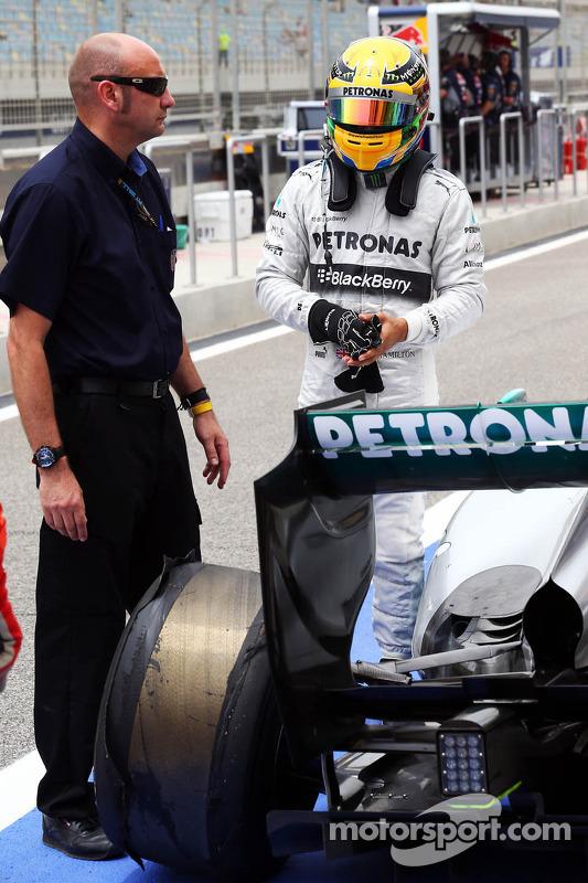Lewis Hamilton, Mercedes AMG F1 W04 retorna aos boxes depois de sofrer uma delaminação pneu traseiro