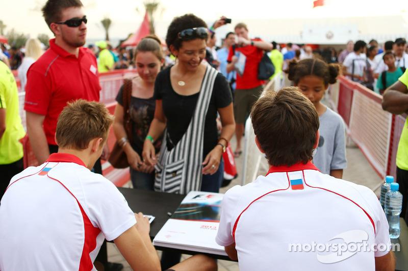 (L naar R): Max Chilton, Marussia F1 Team en teamgenoot Jules Bianchi, Marussia F1 Team signeren handtekeningen voor de fans