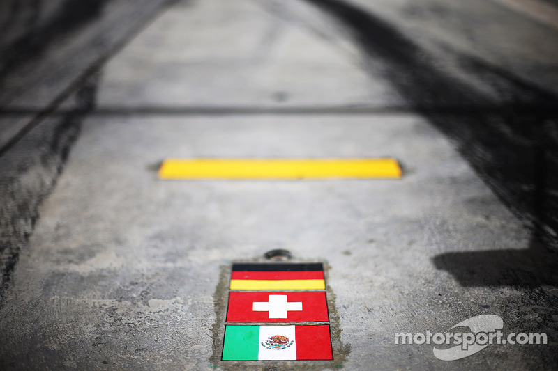 Sauber pit box markings