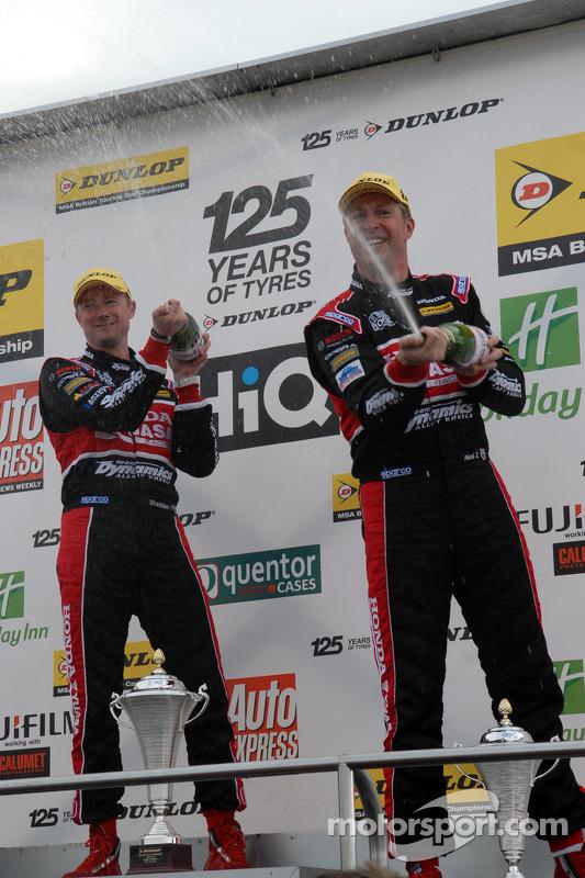 Honda duo Gordon Shedden e Matt Neal celebram no pódio