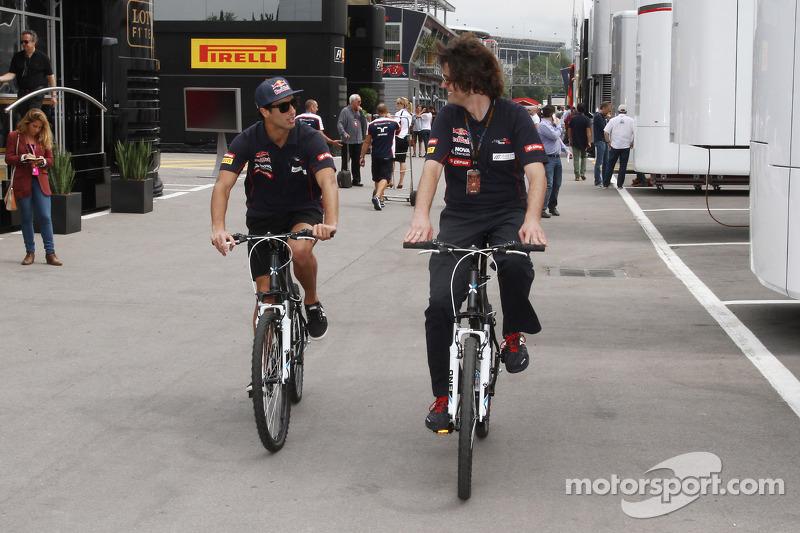 Daniel Ricciardo, Scuderia Toro Rosso rijdt op zijn fiets door de paddock