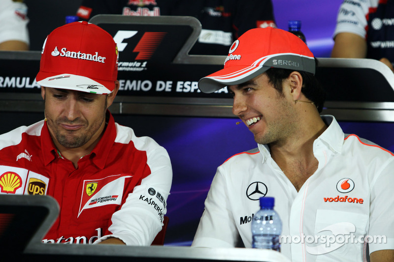 (L naar R): Fernando Alonso, Ferrari met Sergio Perez, McLaren bij de FIA-persconferentie
