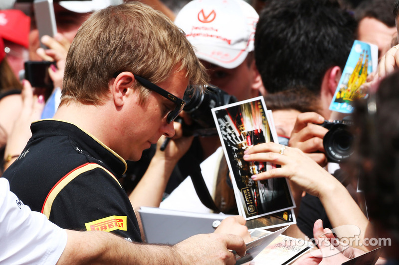 Kimi Raikkonen, Lotus F1 Team assina autógrafos com os fãs