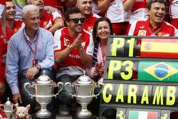 الفائز بالسباق فرناندو ألونسو، فيراري يحتفل مع الفريق