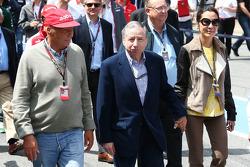 (Da esquerda para direita): Niki Lauda, presidente não executivo da Mercedes, com Jean Todt, presidente da FIA, e Michelle Yeoh (MAL)
