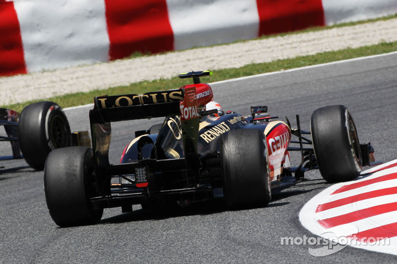 Romain Grosjean, Lotus F1 E21 with a broken rear suspension