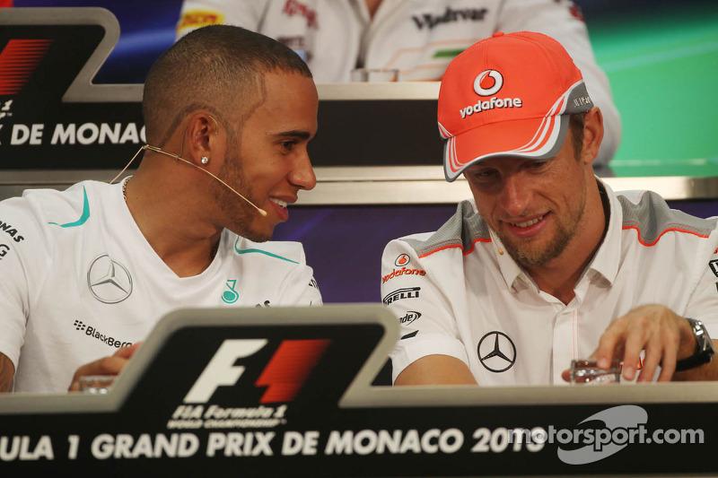 (L naar R): Lewis Hamilton, Mercedes AMG F1 en Jenson Button, McLaren bij de FIA-persconferentie