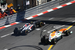 Nico Hulkenberg, Sauber C32 passes Adrian Sutil, Sahara Force India VJM06, who has recovered from a spin
