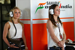 (Da esquerda para direita): Jennifer Becks, Sahara Force India F1, e Laura Jordan, Sahara Force India F1