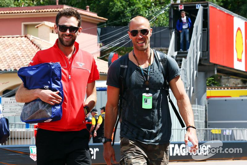 (L naar R): Sam Village, Marussia F1 Team met Daniel Schloesser, Mercedes AMG F1 Physio