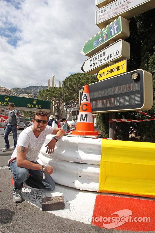 Will Buxton, apresentador da NBC Sports Network, com um tijolo original presenteado pelos organizadores de Indianapolis 500