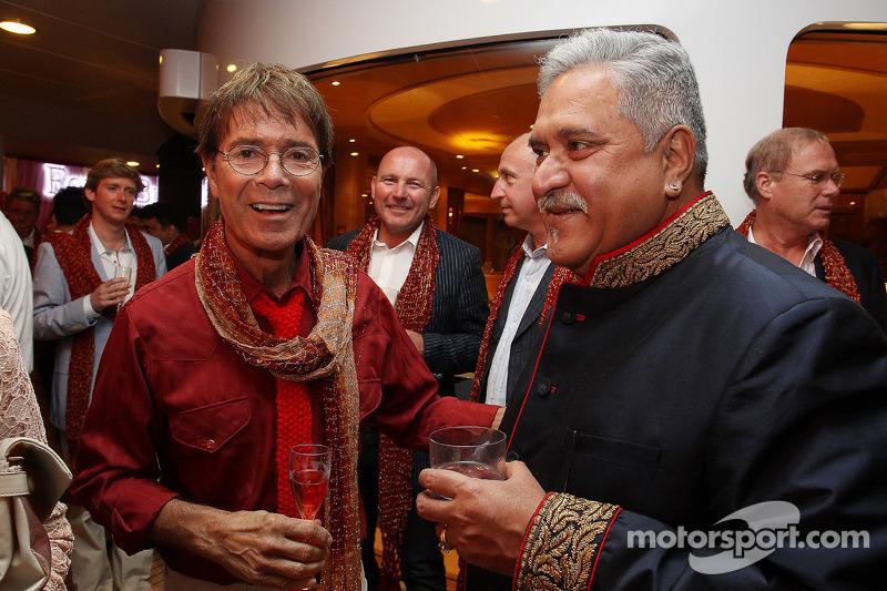 (L naar R): Sir Cliff Richard, Popster, met Dr. Vijay Mallya, Eigenaar Sahara Force India F1 bij de Signature F1 Monaco Party