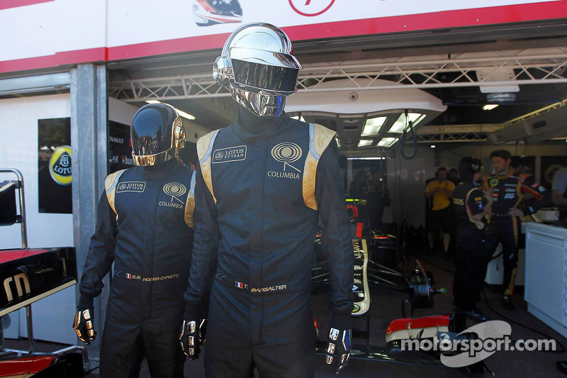 Daft Punk in de Lotus F1 garage