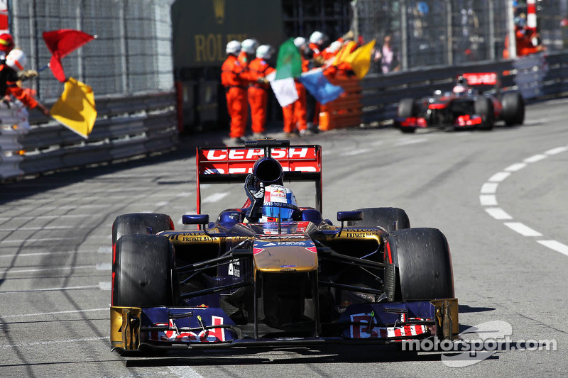 Jean-Eric Vergne, Scuderia Toro Rosso STR8 celebrates at the end of the race