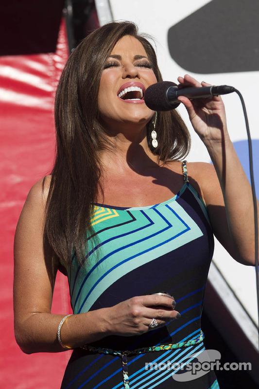 Robin Meade de CNN Headline News canta o hino