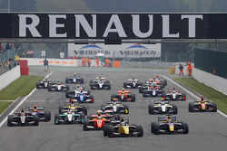 Start: Kevin Magnussen leads