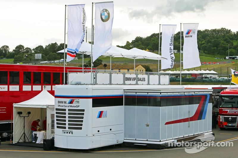 BMW onthult het nieuwe motorhome voor de MotoGP