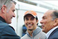 (Da esquerda para direita): Martin Donnelly, comissário da FIA, com Sergio Perez, McLaren, e seu pai, Antonio Perez