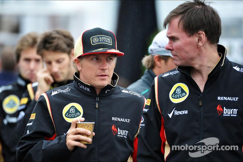 (L naar R): Kimi Raikkonen, Lotus F1 Team met Alan Permane, Lotus F1 Team Trackside Operations Direc