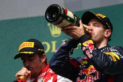 segundo lugar paraFernando Alonso, Ferrari F138 e primeiro lugar para Sebastian Vettel, Red Bull Racing