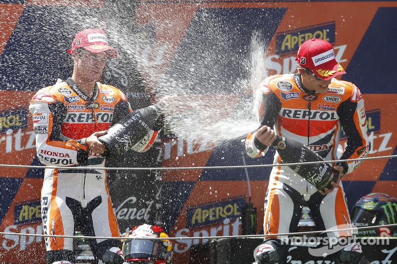 Segundo lugar Dani Pedrosa, Repsol Honda Team, tercer lugar Marc Márquez, del equipo Repsol Honda
