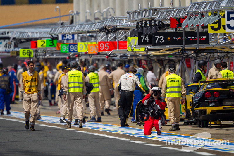 De drukke pitstraat van la Sarthe voor de woensdagtraining
