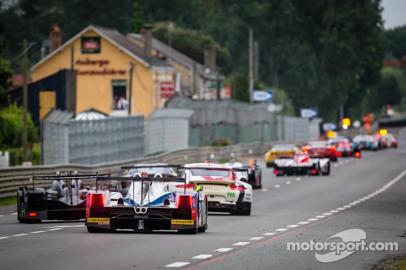 Een groep auto's volgen de Safety Car tijdens de neutralisatie: #39 DKR Engineering Lola B11/40 Judd: Romain Brandela, Olivier Porta, Stéphane Raffin