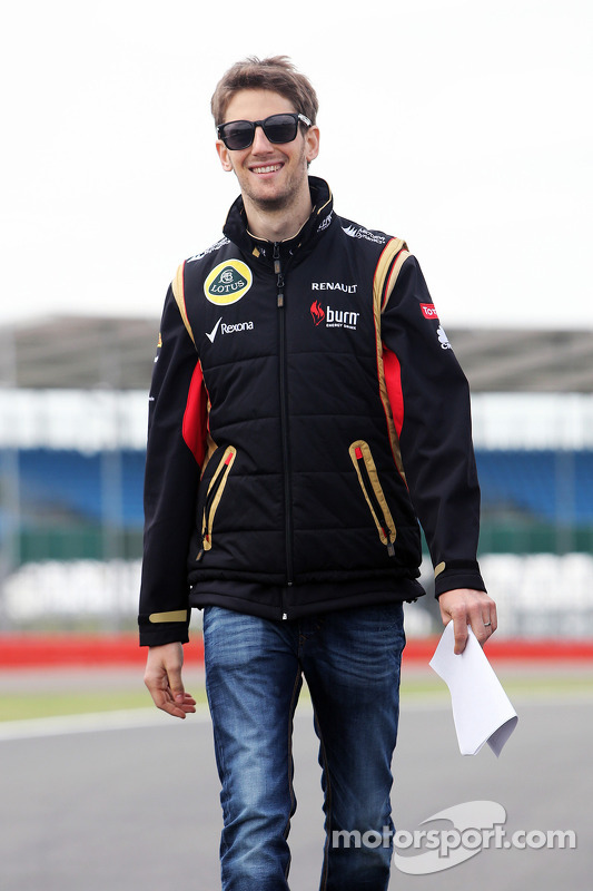 Romain Grosjean, Lotus F1 Team caminha no circuito.