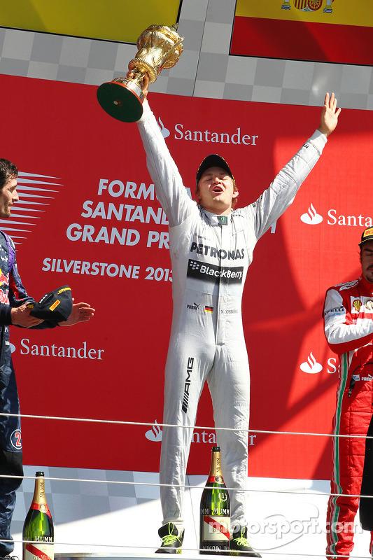 O vencedor Nico Rosberg Mercedes AMG F1 comemora no pódio