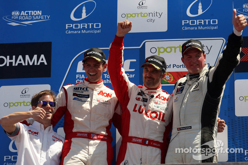 1e plaats Yvan Muller, Chevrolet Cruze 1.6T, RML, 2e plaats voor position Tom Chilton, Chevrolet Cru
