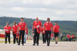 (Da esquerda para direita): Dave O'Neill, gerente da Marussia F1 Team, John Booth, chefe de equipe da Marussia F1 Team, e Graeme Lowdon, chefe executivo da Marussia F1 Team, caminham pelo circuito