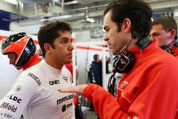 (Da esquerda para direita): Rodolfo Gonzalez, piloto reserva da Marussia F1 Team MR02, com Marc Hynes, técnico de pilotos da Marussia F1